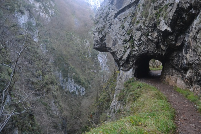 Camino entre túneles