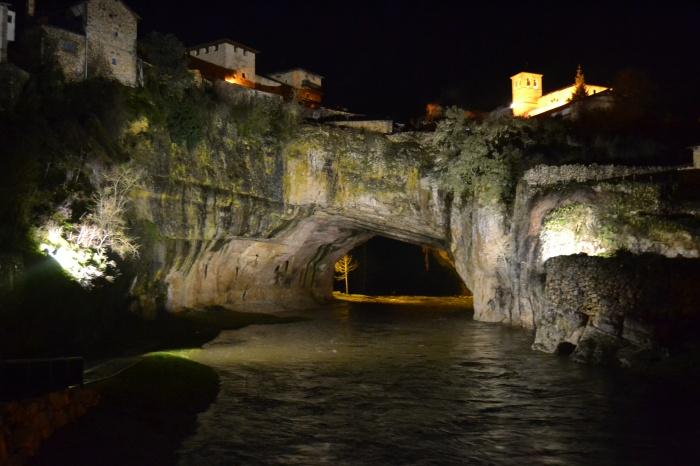 Puente natural de Puentedey iluminado