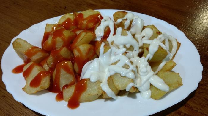 Patatas bravas y al alioli del Bar La Montañesa