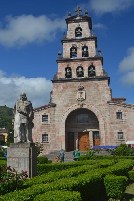 Estatua de Pelayo e Iglesia de la Asunción