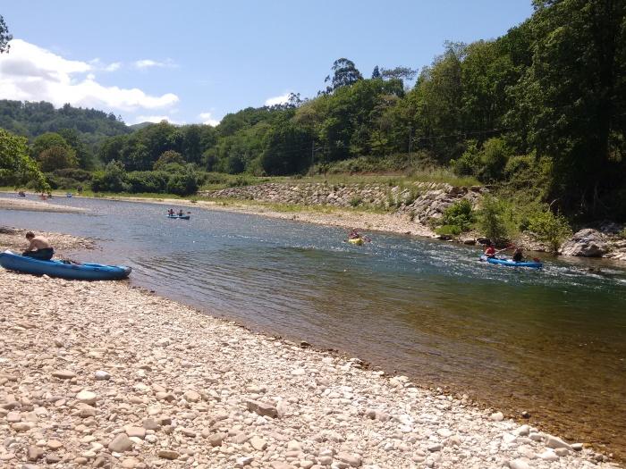 Descanso en la orilla y varias canoas