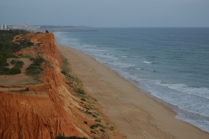 Vista de la playa con Villamoura al fondo