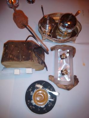 Café y pequeñas delicias dulces