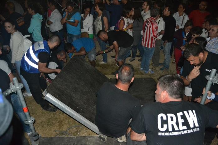 Operarios y miembros de seguridad intentando repara la rampa