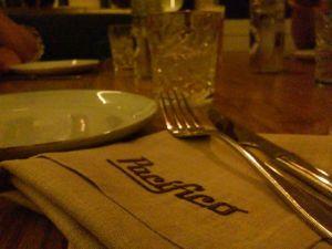 Detalle de la mesa del comedor