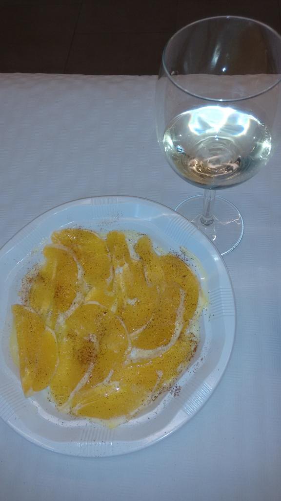 Naranja con aceite y canela y Copa de vino blanco