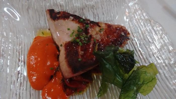 Lomo de atún rojo sobre lecho de piperrada