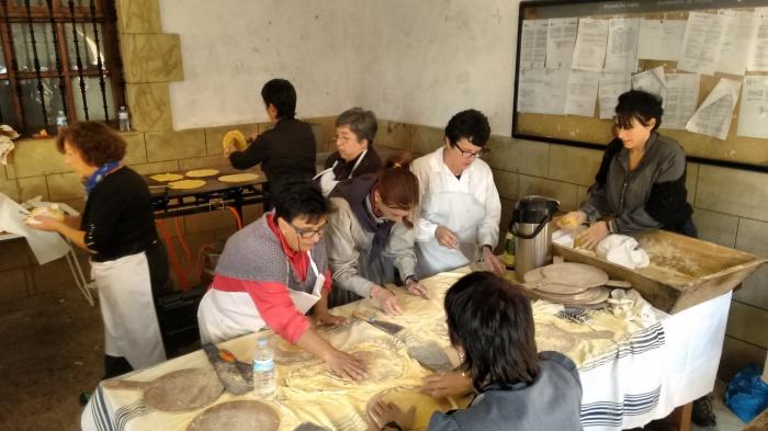 Mujeres elaborando el talo