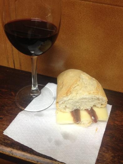 Vino Ramirez de la Piscina y Medio de queso con anchoas