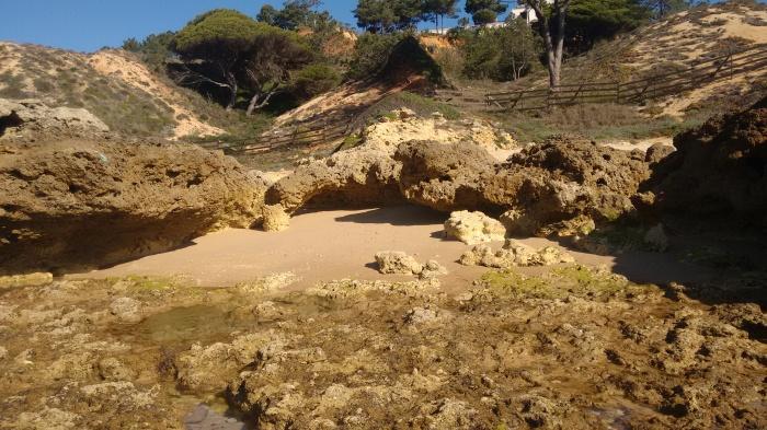Cala entre plataformas rocosas