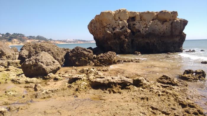 Paso entre rocas con Praia Falésia al fondo
