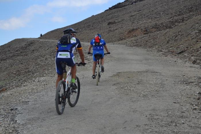 Ciclistas en plena ascensión