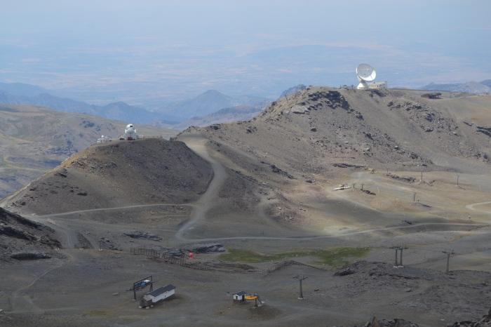 Los dos edificios del Observatorio astronómico de Sierra Nevada