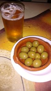 Caña de Cerveza Alhambra y aceitun