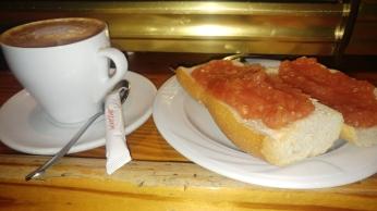 Café con leche y Tostada de tomate