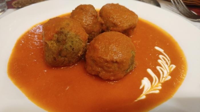Albóndigas de soja verde y hortalizas, con salsa de tomate