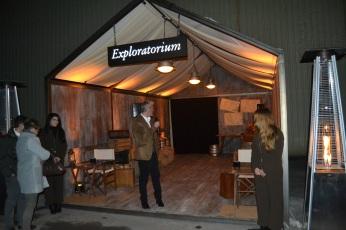Bienvenida en la carpa de Exploratorium