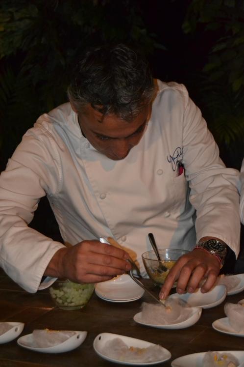 Ricardo Pérez finalizando un plato