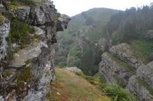Camino pegado a la roca