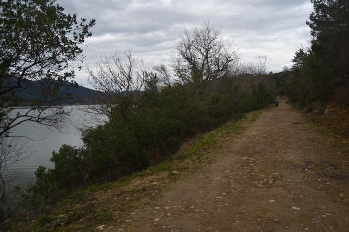 Camino junto al Embalse de Ordunte
