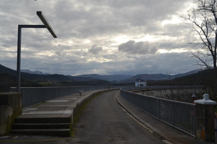 Camino sobre la presa del Embalse de Ordunte