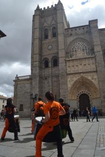 Yembalé frente a la Catedral de Ávila en la #TuitQuedadaCultural