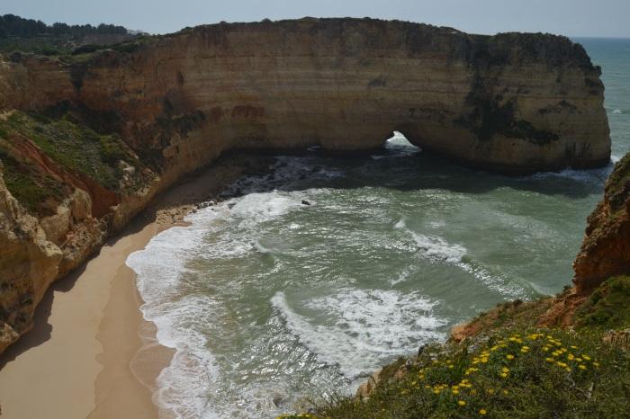 Arco de una playa natural del Algarve