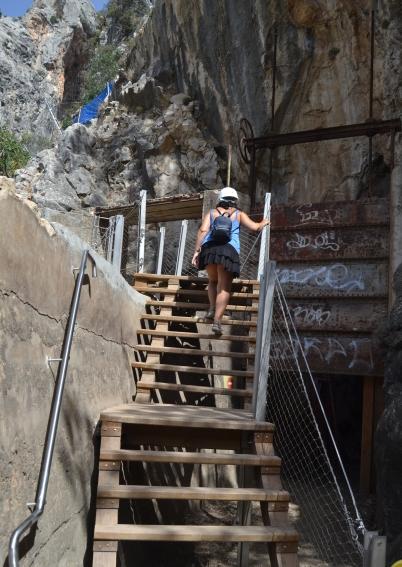 Escaleras junto a la vieja compuerta