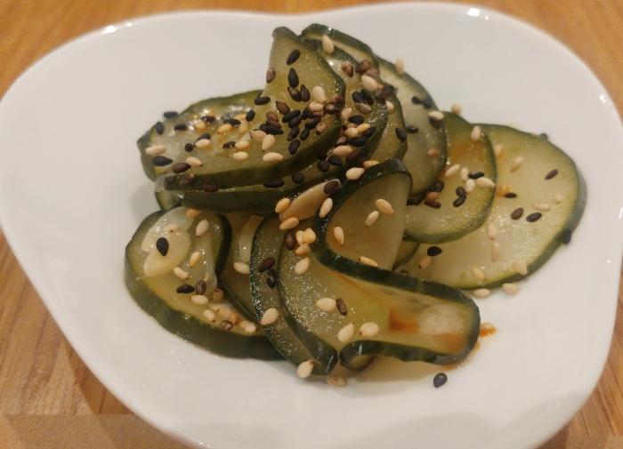 Pepino encurtido con aceite de sésamo picante
