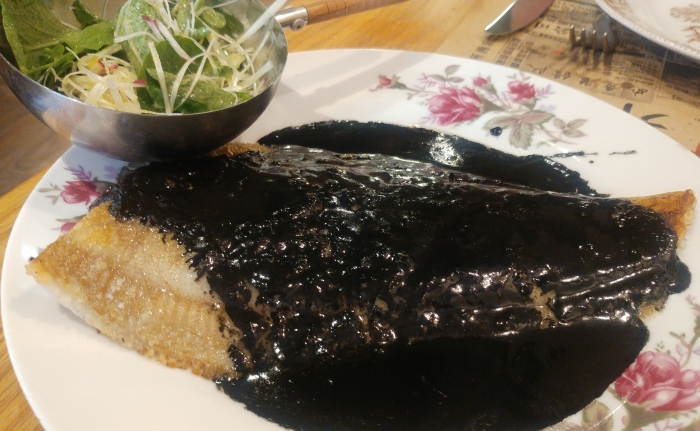Gallo con salsa de txipis y alubias negras y ensalada de puerros y rabanitos