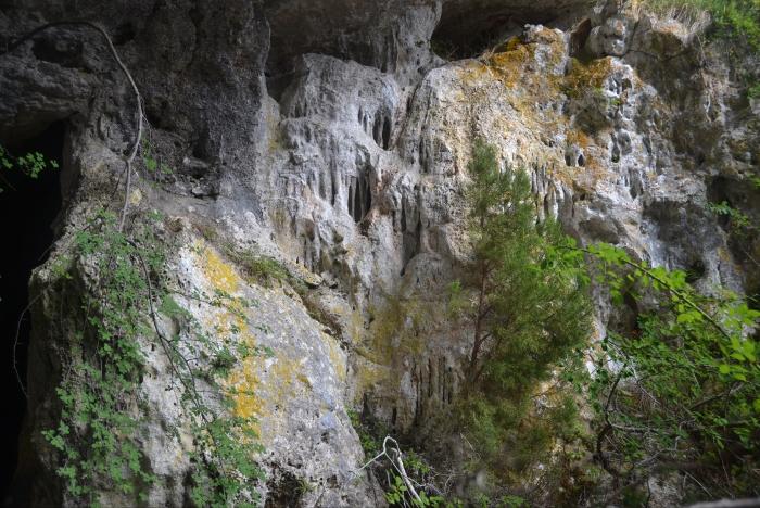 Paredes exteriores de la Cueva de Rojo